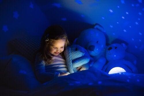 bambina al buio con pupazzi