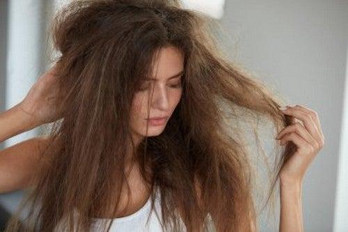 5 rimedi naturali per idratare i capelli secchi