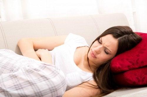 Ragazza con dolori mestruali