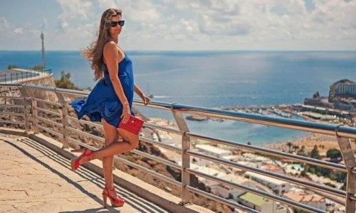 Ragazza con vestito celeste e scarpe con i tacchi