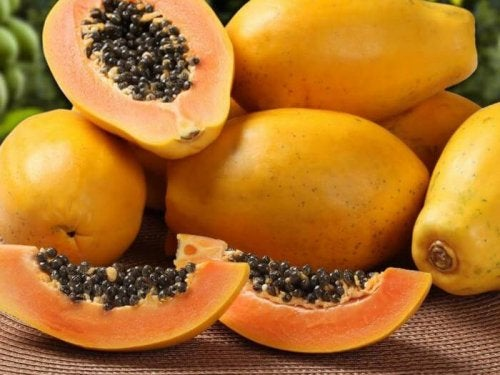 Papaya intera e a fette