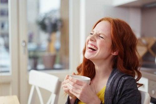 donna con tazza in mano ride