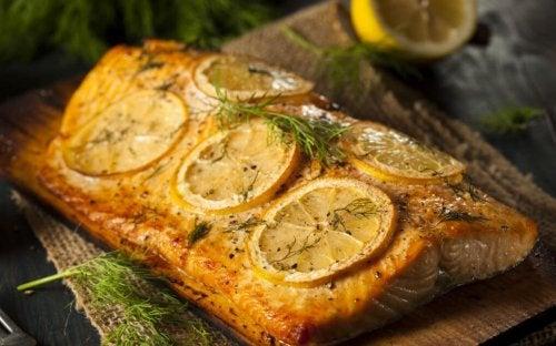Salmone al forno con fette di limone