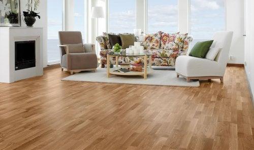 Salone con pavimento in legno
