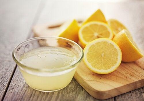 Succo di limone e limoni tagliati a metà