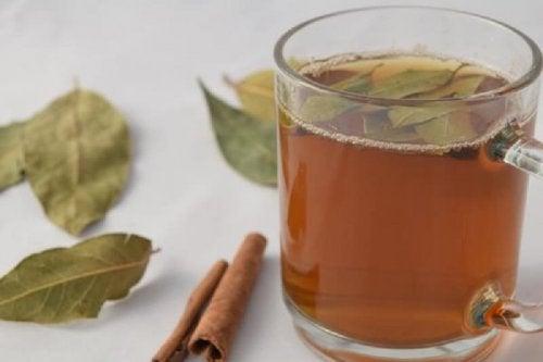 Tè con cannella e alloro