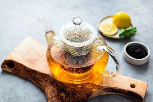 Teiera trasparente con infuso caldo.