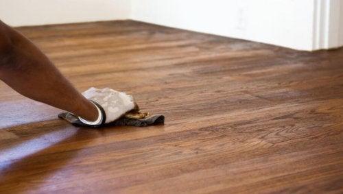 Togliere i graffi dal pavimento in modo semplice