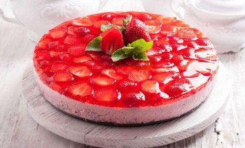 Torta con gelatina e fragole