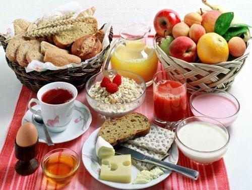 colazione abbondante con diversi alimenti