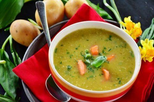 Zuppa di verdure e prosciutto