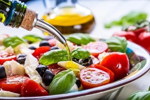 insalata condita con olio