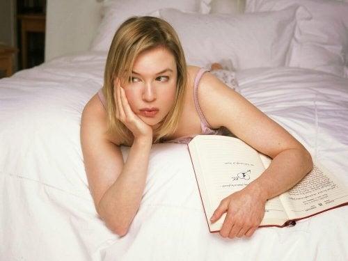 Donna che pensa sdraiata a letto