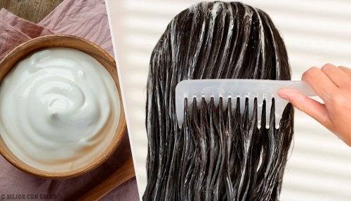 Donna pettina capelli dopo aver applicato crema