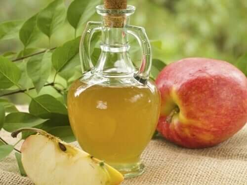 Aceti di mele per combattere micosi del cuoio capelluto