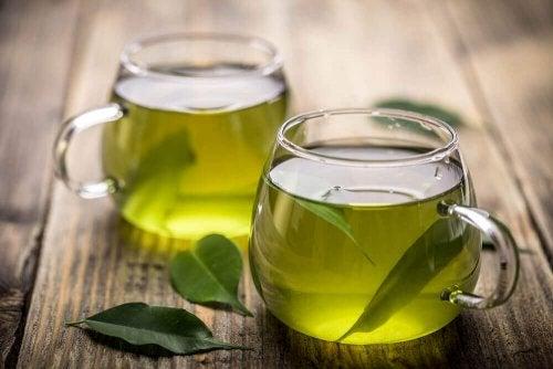Tè verde e acqua di carciofo