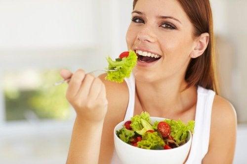 Donna mangia insalata