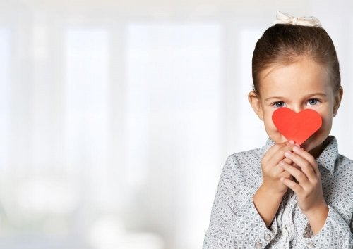 Bambina con cuore di carta