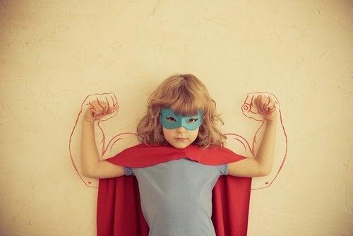Bambino che gioca a supereroe