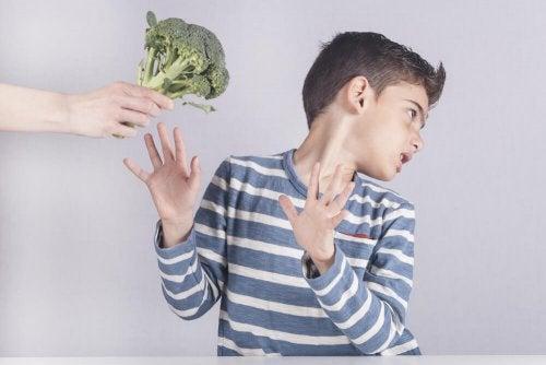 Bambino che rifiuta i broccoli