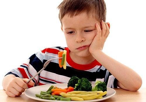 Bambino che rifiuta le verdure