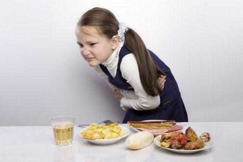 Bambino con dolore allo stomaco