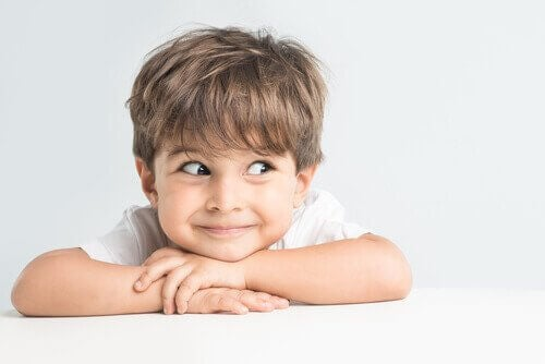 Niño distraído y animado