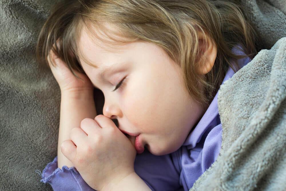 Succhiarsi il pollice: 4 modi per aiutare il bimbo a smettere