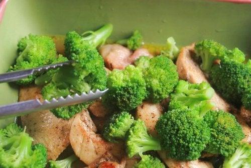 Broccoli gratinati al forno con prosciutto