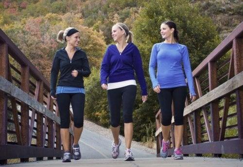 Tre ragazze cammina su un ponte