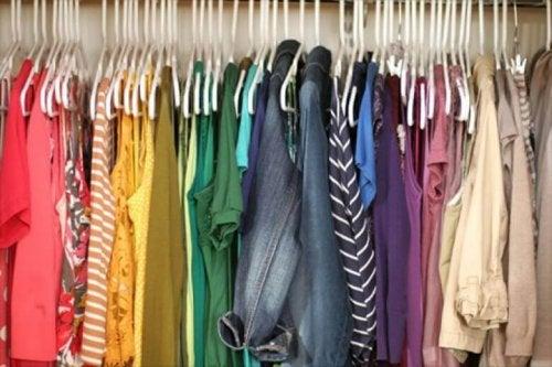 Capi di abbigliamento colorati