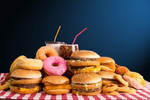 Alimenti ricchi di zuccheri e di carboidrati cattivi