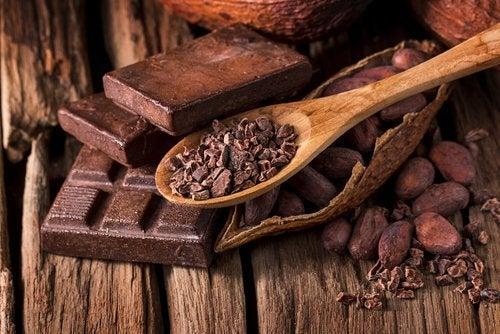 Mangiare il cioccolato fondente