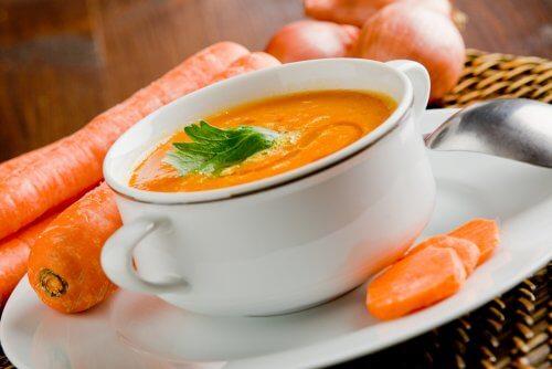 Crema di carote e carote intere