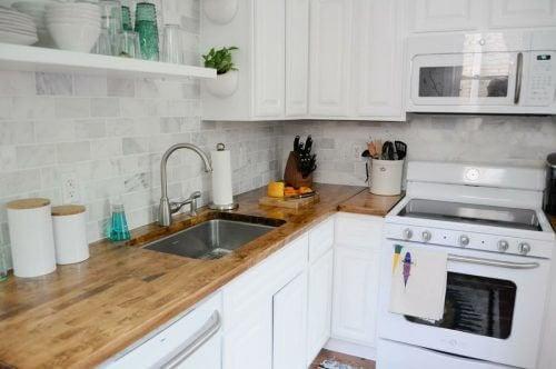 Cucina con piano in legno