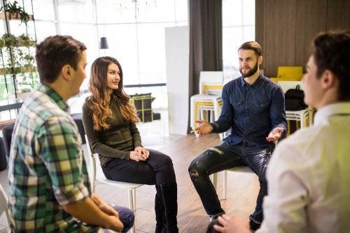 Persone sedute in cerchio dialogano
