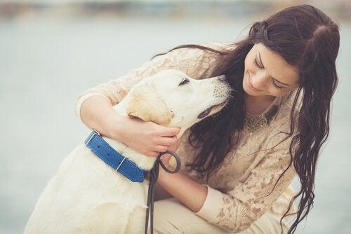 Donna con il suo cane, una compagnia rilassante