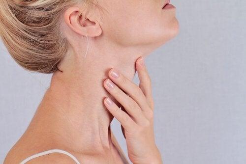 Donna che si tocca il collo