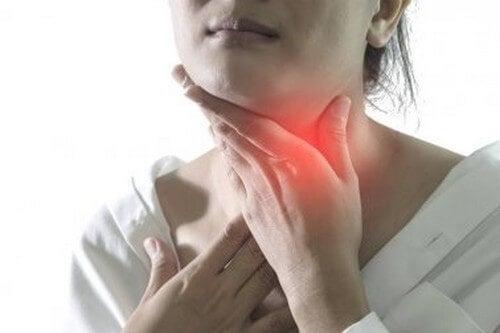 Alleviare i sintomi della faringite con 5 rimedi naturali