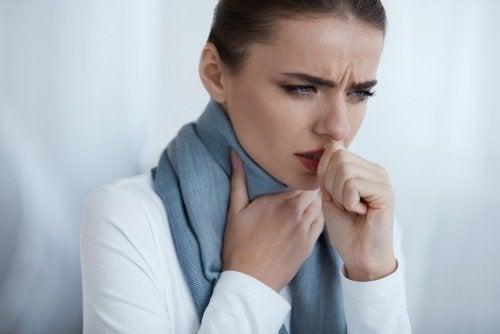 Donna con mal di gola tossisce
