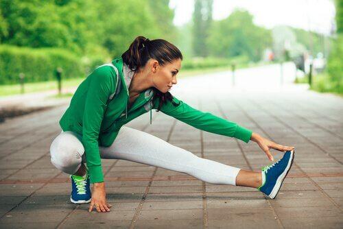 Donna che fa un esercizio di stretching