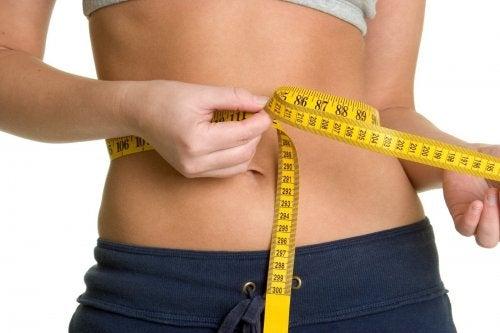 Donna che misura girovita