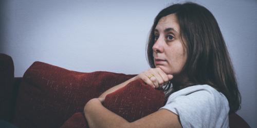 Donna pensierosa a causa dei ricatti emotivi