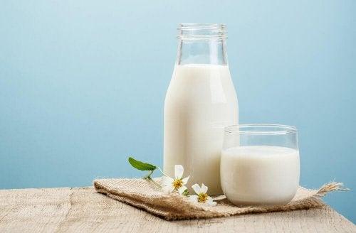 Latte nella brocca e nel bicchiere