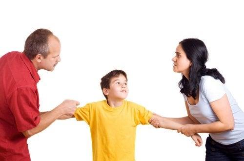 Genitori che tirano il figlio