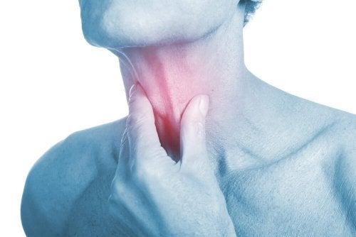 Infezione alla gola: rimedi antibiotici naturali