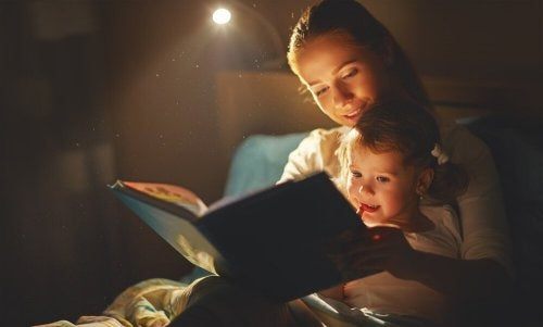 Mamma che legge una storia alla figlia