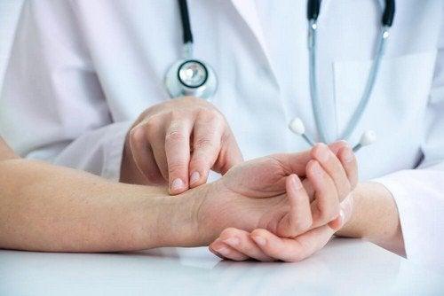 Dottore che visita