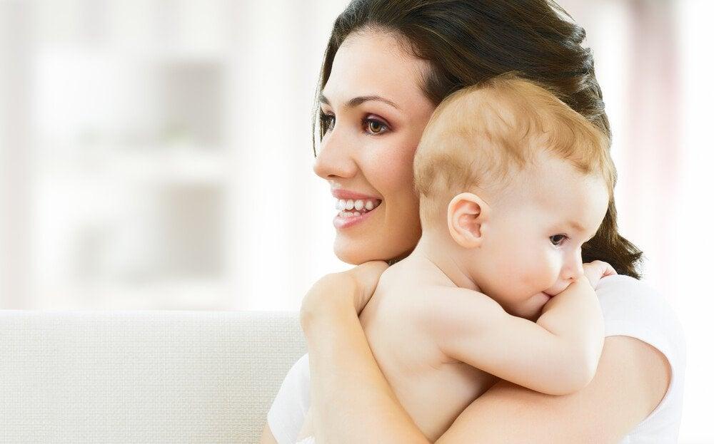 Neomamma sorridente con bambino