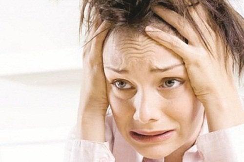 Donna che rappresenta il nervosismo